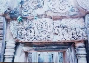 144.マカラの上に座るヴィシュヌ神(第三周壁の門)(バンテアイスレイ).jpg