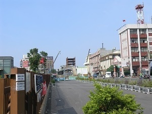 144.前驛から後驛方面への歩道橋.jpg