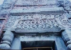 176.中央のカーラが際立つ楯の彫刻(プリアコー).jpg