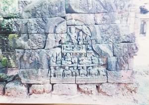 220.クリシュナ神が山を片手で持ち上げている(クオルコー).jpg