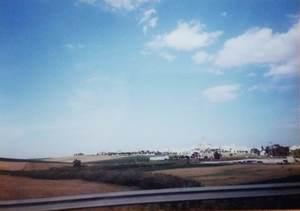 243.セビーリャへ向かう途中の白い村と草原.jpg