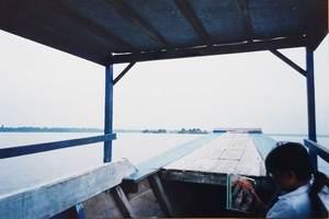 392.ボートに女の子が乗り込んできた.jpg
