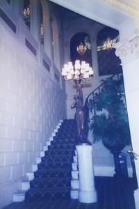 4.2Fがレセプション 豪華な階段.jpg
