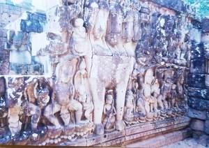 51.5つの頭を持つ馬の像(象のテラス).jpg