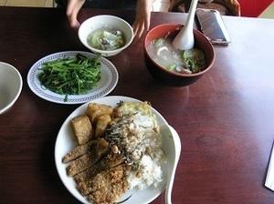 7.絲瓜粥と排骨飯と空心菜.jpg