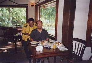 88.レストランで担当のモハメッドさん.jpg